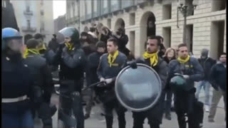 Italian Police Stand Down & Join The People.....We Must Unite