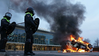 The Netherlands: Anti-curfew protesters clash with police and torch Covid-testing site